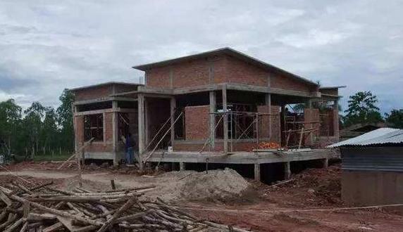 為什么現在農村禁止使用紅磚建房子?老農說了三點原因