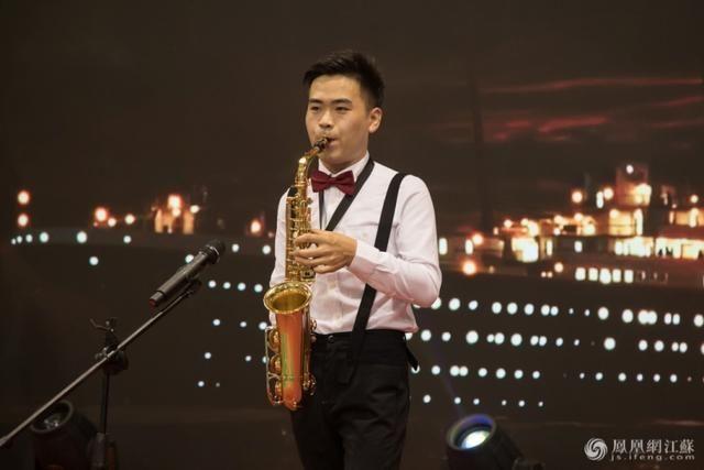德美幼儿园的老师表演萨克斯独奏. 胡潇/摄