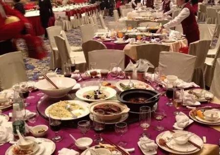 """酒店里那么多的""""剩饭剩菜"""",最后怎么处理的?服务员说出去向"""