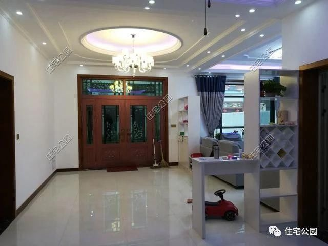 客厅吊顶大灯采用方形的,这是多数家庭的选择;淡紫色的暗格灯更是增添