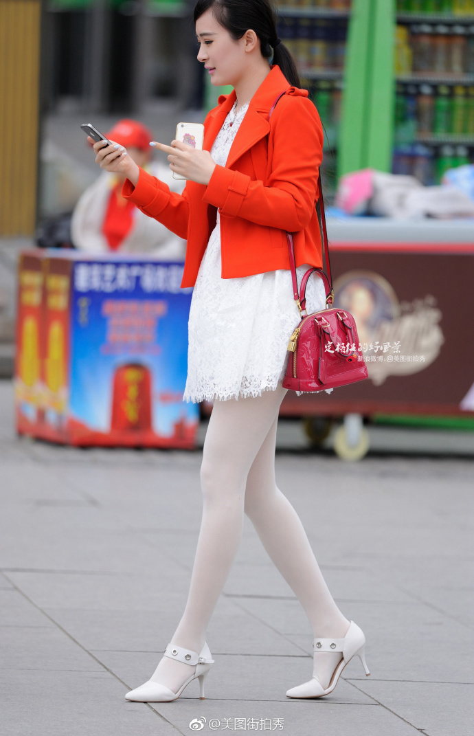 白色街拍,路人连衣裙,红色白色,外套丝袜格外艳调教惨遭折磨美女图片