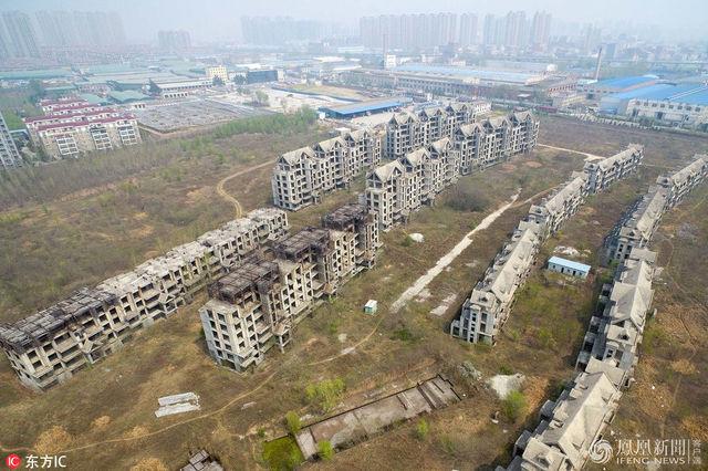 该陵园位于河南省新郑市龙湖镇,距郑州约10公里.