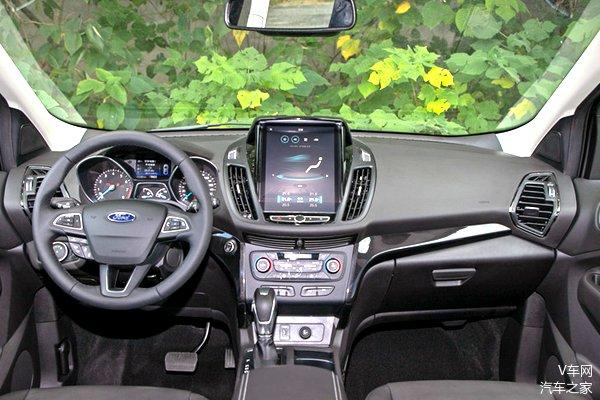 三幅式的方向盘和炮筒状的仪表盘激发驾驶者的操控欲望,不过中间竖置