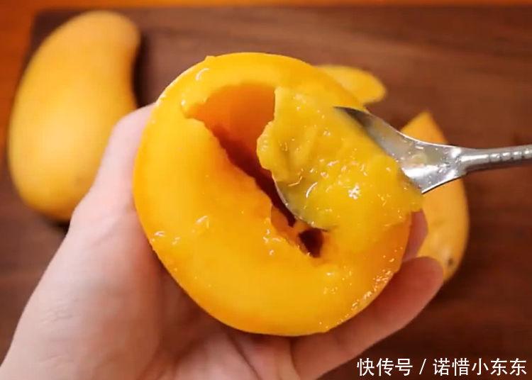 见识下吃芒果的正确方法,别再傻傻用手去剥皮,非常的简单!
