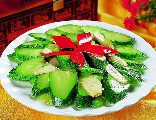 黄瓜经常新鲜食用,在农历新年时酥脆,开胃,油腻。这是超级简单的黄瓜给它