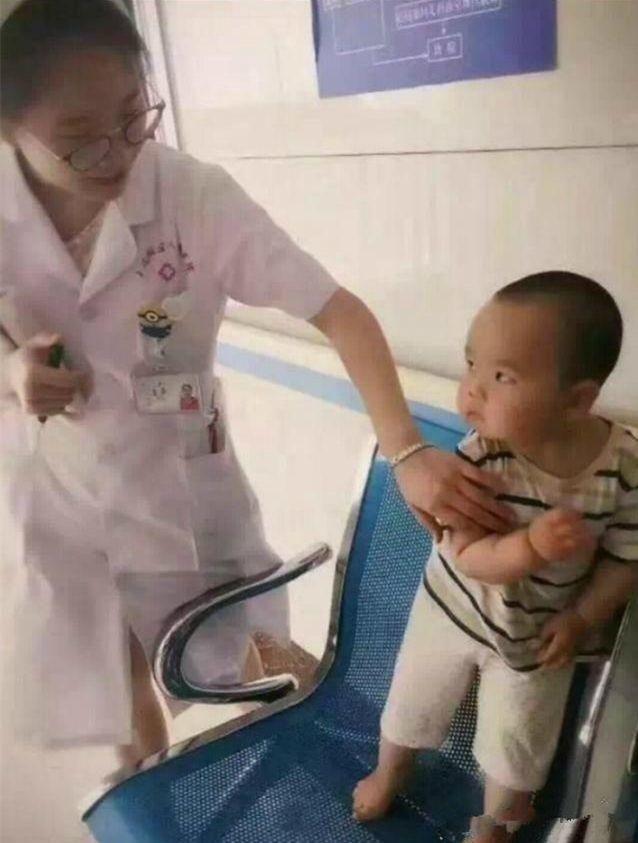 搞笑gif图:为什么每个小孩子,都害怕穿白衣服的护士