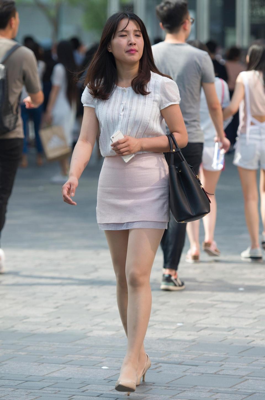 街拍:原理粉裙高跟美腿,看出来穿丝袜了?挎包极品v原理图片