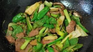 青椒和此物一起炒,每天炒一盘,气血足了,保护眼睛,早食早受益