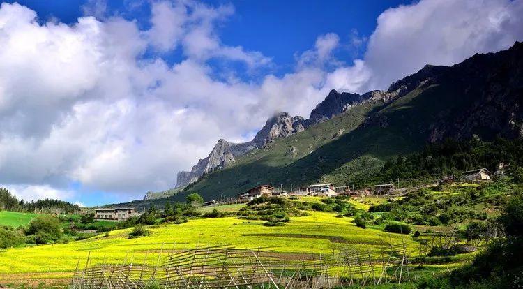 扎尕那位于甘南藏族自治州迭部县,是一圈俏丽的崖壁包裹中的一个藏族