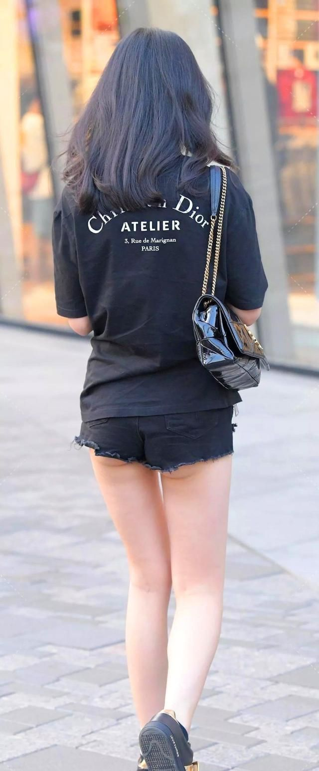 穿着街拍:高颜值时尚黑色单路人,老婆头发超显刺激小妹情趣用品图片