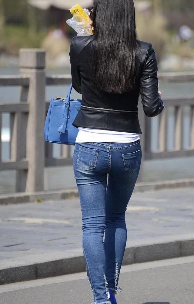 街拍: 穿上紧身牛仔裤,丰满的身材一览无遗