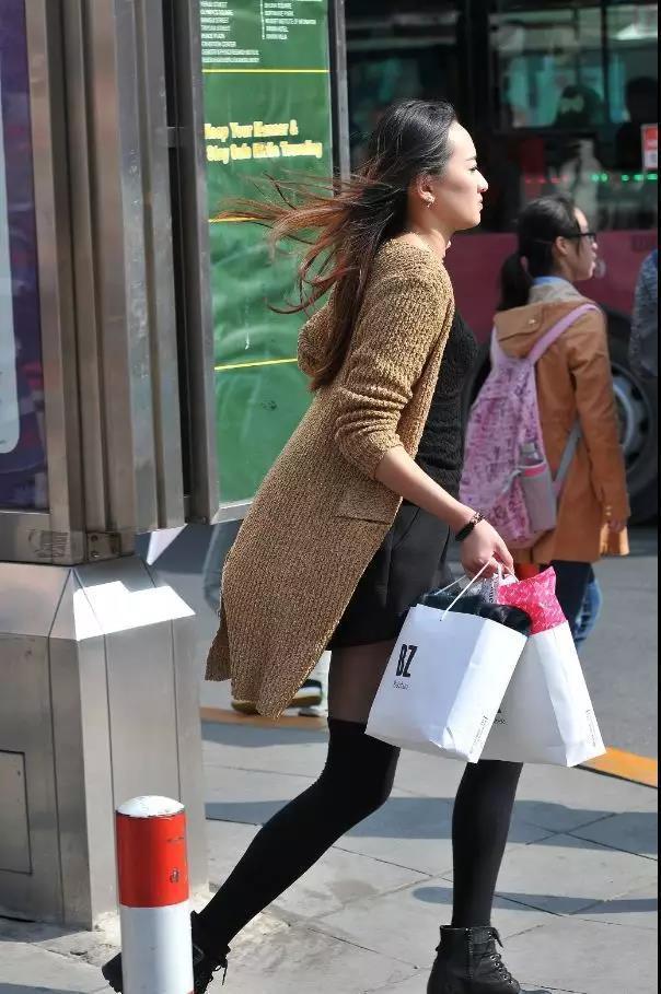 街拍:穿黑性感美女的性感漂亮长发赵世熙内衣写真丝袜图片