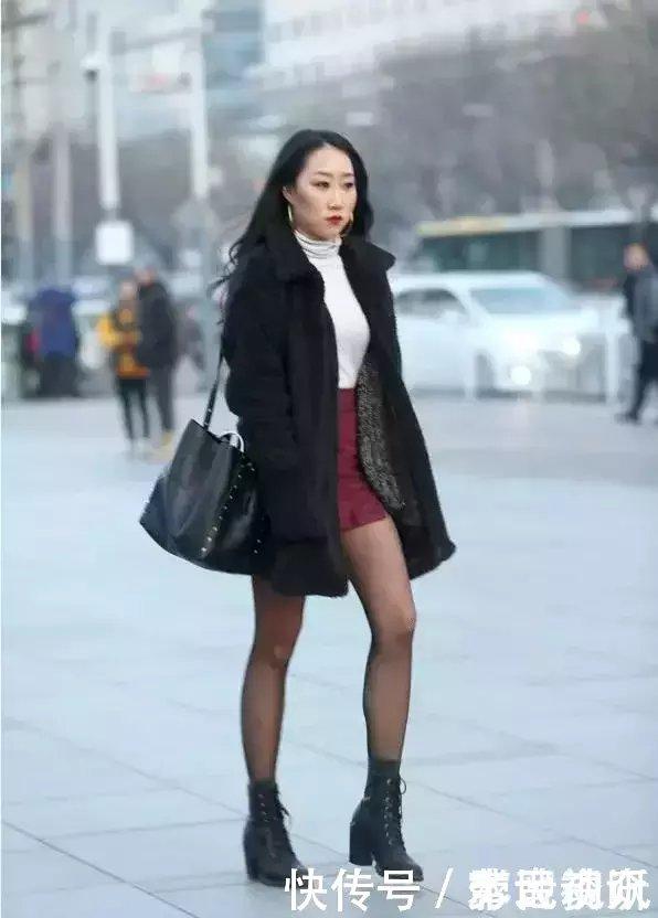 街拍:逛街的穿丝袜黑色的性感美女玩游戏姿势日本性感女孩图片