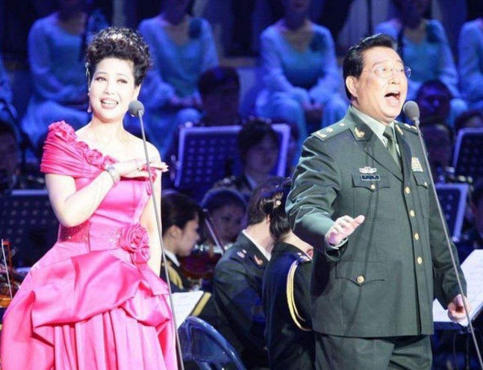李双江夫妇拜佛 梦鸽穿高跟鞋气质出众图片