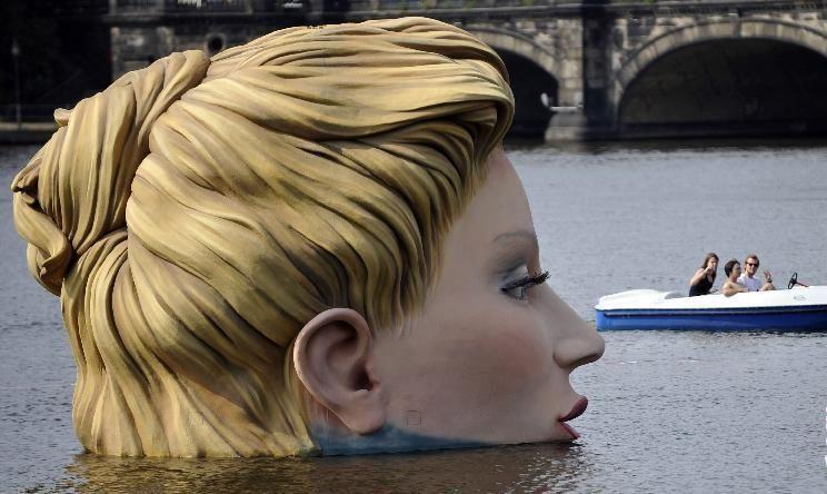 潮安舒睾 德国湖里的巨人美女,遭数百人围观后消失了