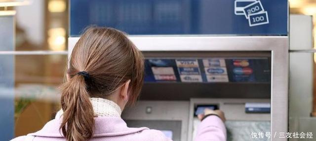 女子银行卡被吞,银行不给取卡,她只说了六个字经理赶紧来帮忙