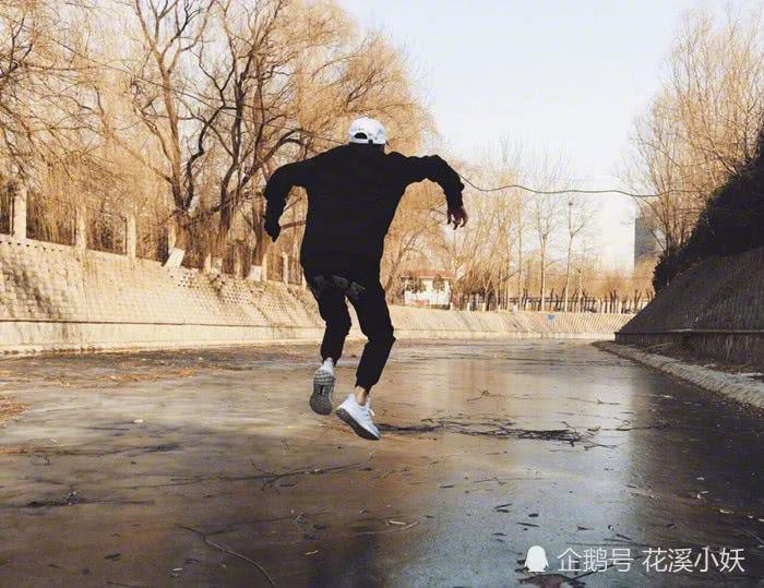 王源脚踢大雪球,声称要踹一脚冬天的屁股,这个动作看起来简单,但实际上要把一个大雪球踢这么高,还要保持能拍照的时间,也不是那么轻松的事情。有兴趣的小伙伴,等冬天来的时候可以挑战试试看。  王源把一双脚倒钩在架子的一边,双手吊在另外一边,这个动作应该很考验臂力,一般人实在做不了。  王源高高跳起,下面是结了冰的河面,这个动作太危险了,万一落下冰面的时候,河面的冰碎掉的话就真的很危险了,还是要注意安全。  无树可爬的王源选择了爬墙,这脑回路也是很清奇了,太可爱了,不过还是要说一句,这攀爬能力太强了。  王源