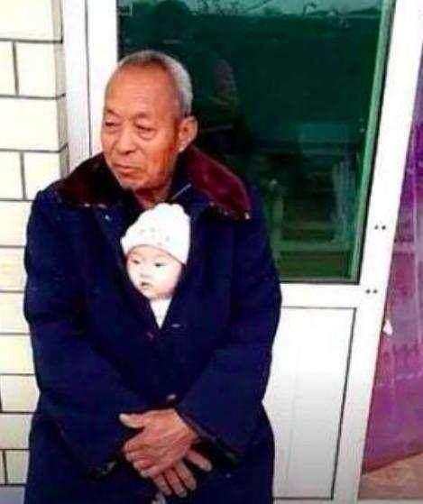 爷爷抱小孙子在怀里照片, 走红网络, 孙子的表情萌坏了无数网图片