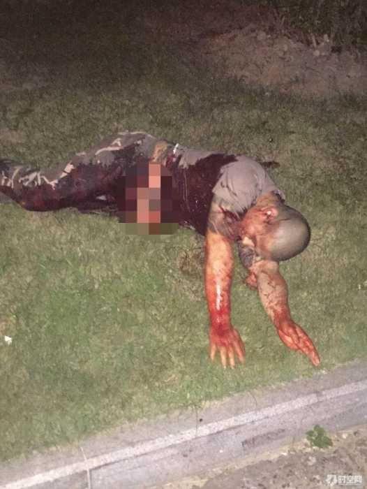 宝马纹身男刀砍电动车男反被杀,死相难看