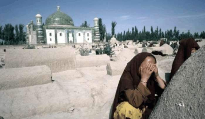 1986年新疆罕见历史老照片:图为集市上卖囊的一个摊子,囊是新疆的一种