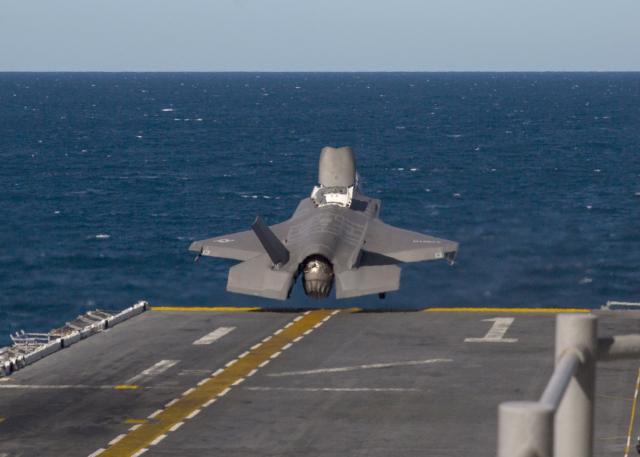 美起飞和降落在地球最深的海域F-35B和MV-22 Osprey太平洋