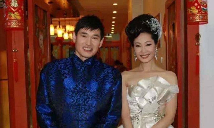 人家于文华的老公李年也在现场,朱之文和于文华的老公李年也是好朋友.图片