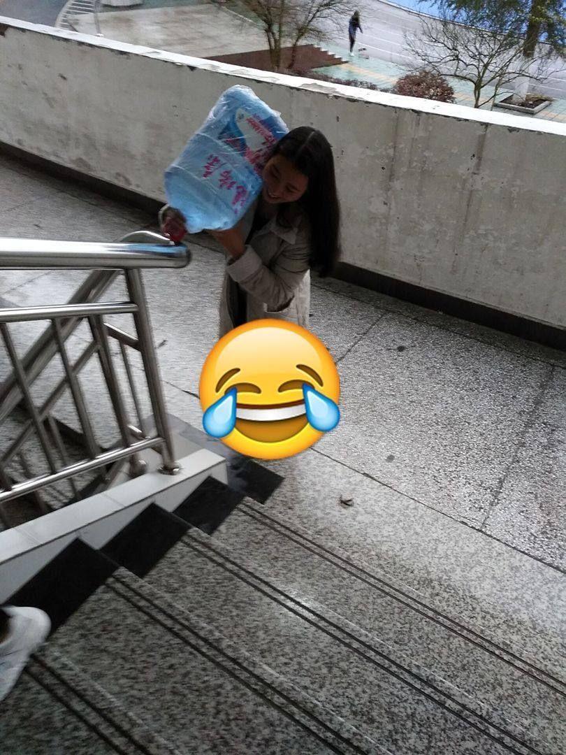 汉子扛水一口气上三楼,女女生女生表现得淋漓气质酷动漫壁纸图片