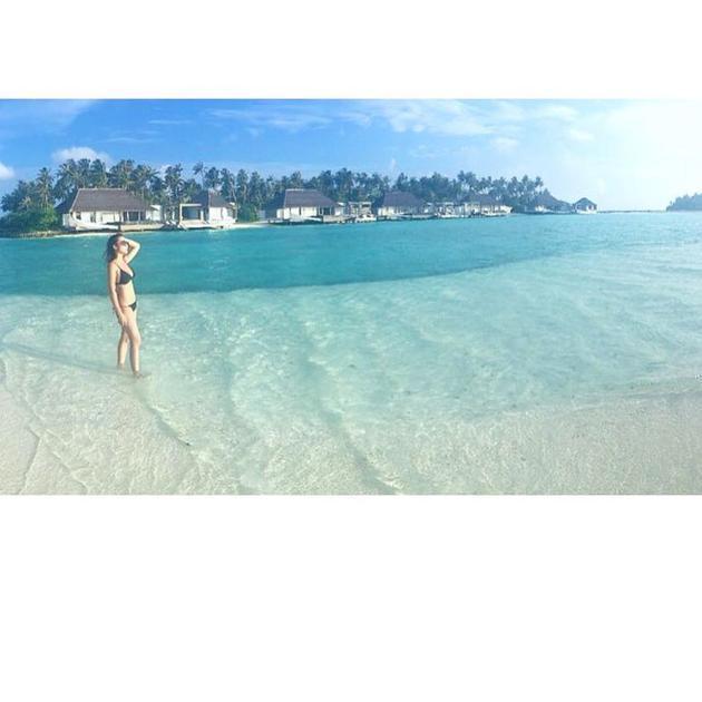 梁家辉大性感晒沙滩爱索菲树林性感小野外丝照穿三点式漫步1女儿秀身图片
