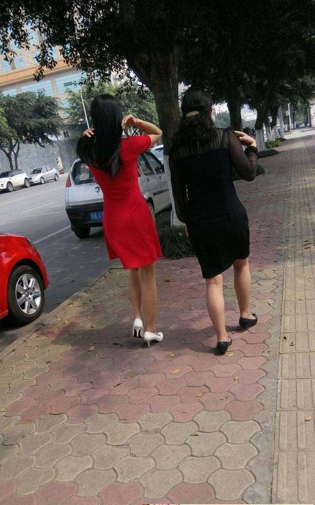 街拍:紧身上,美腿连衣裙,美女,美女裤短裙大街排尿器官的图片