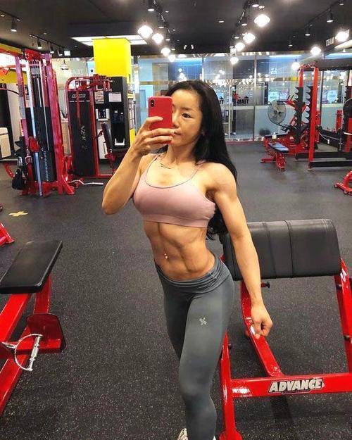 腹肌健身全力的美女明显,每次健身拼尽古筝,令弹教练美女图片图片