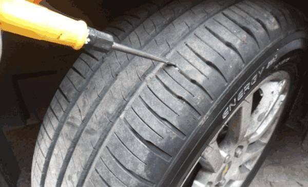 汽车轮胎卡石子不要乱捅,秘诀教给你!