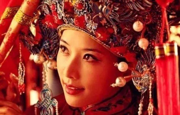 戴凤冠最美丽的明星,热巴令人难以忘怀,但她迷失了所有众生的凤冠霞帔服装
