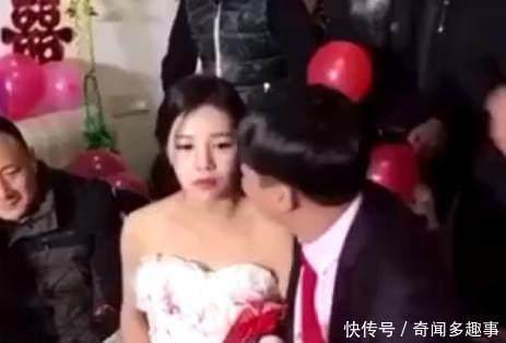 婚礼上新郎亲吻新娘