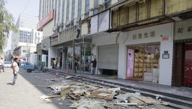 """街道:商家一夜之间醒来,""""商店不见了"""",工人:领导让经销商拆除"""