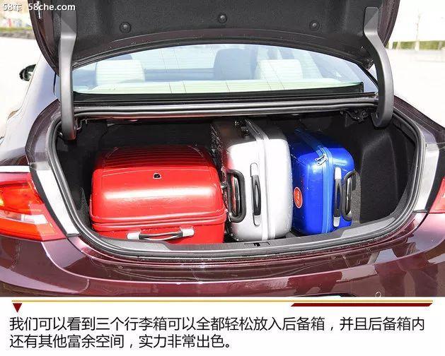 我们可以看到三个行李箱可以全都轻松放入后备箱,并且后备箱内还有