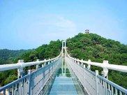 玻璃桥今变成偷窥桥,男游客冤枉女游客生气,管理员:很无奈