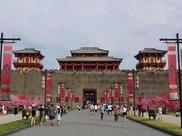复制1:1的故宫,花8亿炸掉13座山,门票是故宫的四倍