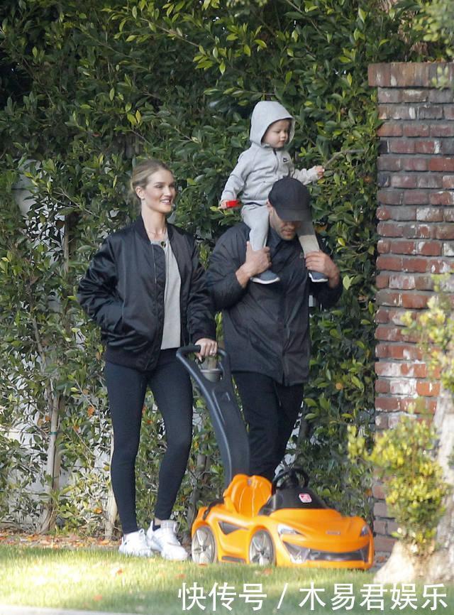 杰森·斯坦森陪着儿子和小他20岁妻子遛弯,温馨的让人羡慕!