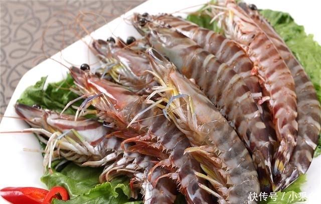 「煮虾的时」煮虾时, 别直接加水下锅煮, 学会这1招, 虾肉既嫩还没腥味
