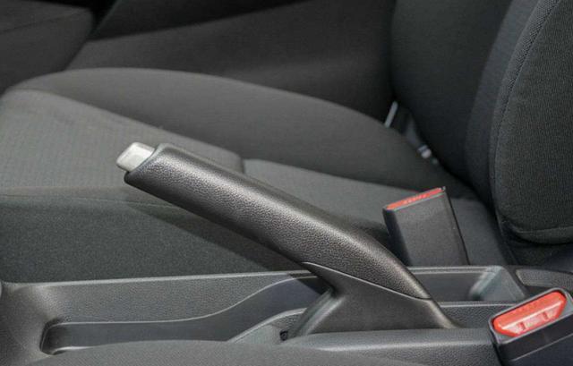 机械手刹和电子手刹哪个更加安全?插图