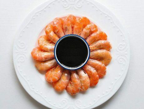 【技巧】白灼虾时,别只会开水下锅,掌握小技巧,虾肉鲜嫩多汁还无腥味