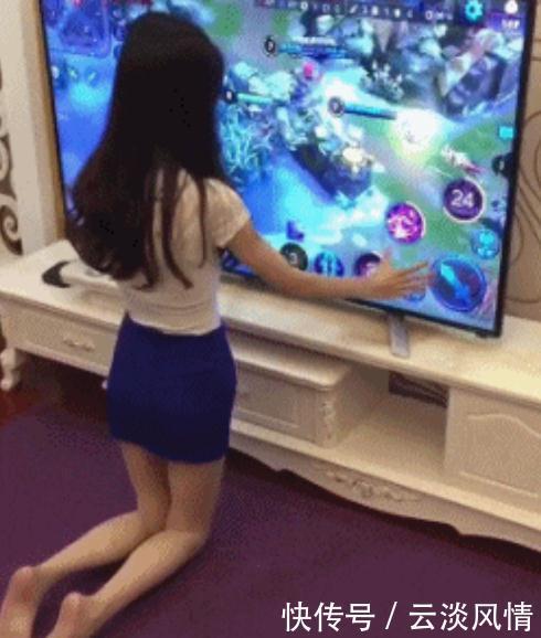 搞笑GIF图:美女,你是认真的吗,打个游戏至于吗