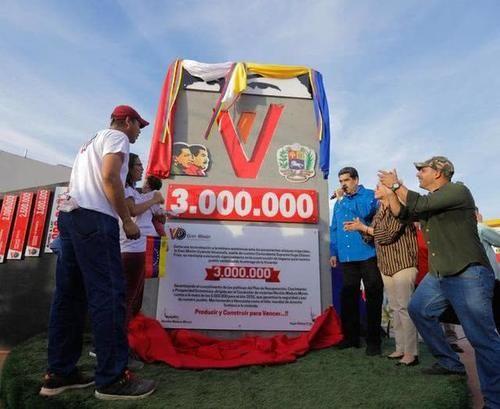 马杜罗自驾车纪念免费交付第300万套住房,后续目标是500万套