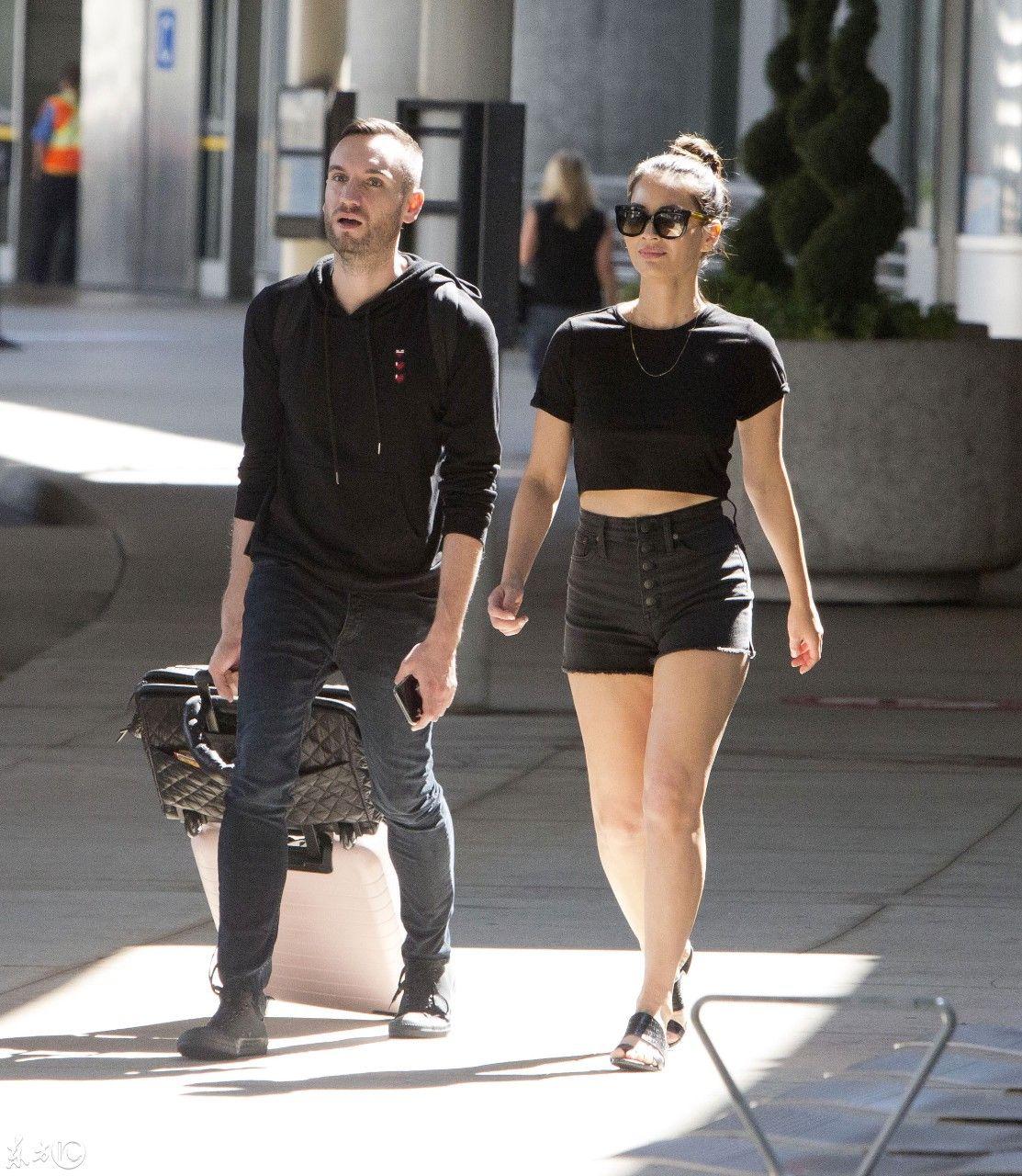 时尚扫街美国影星奥立薇娅玛恩,黑衫短裤现身多伦多机场