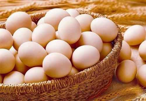 1天1个鸡蛋比较好,癌症病人最好吃鸡蛋清,少吃鸡蛋黄