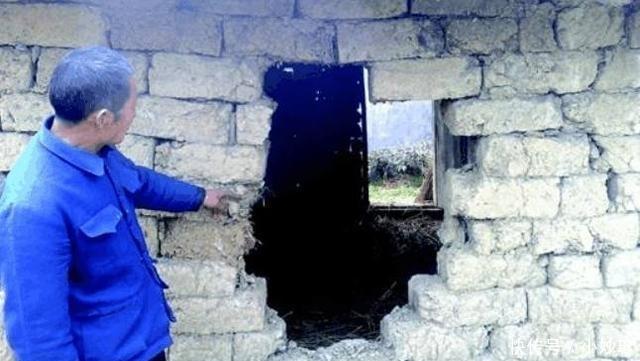 【村民】父亲每天对着烂墙壁说话,被村民说是傻子,