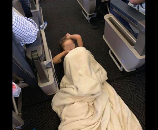 美4岁自闭男童躺机舱走道还狂踢椅,乘客反应暖哭众人