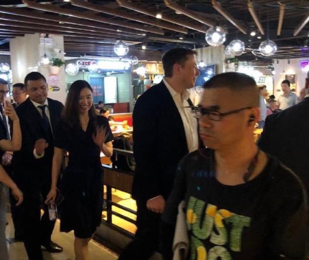 【包子铺】网友拍到特斯拉CEO马斯克光临北京包子铺