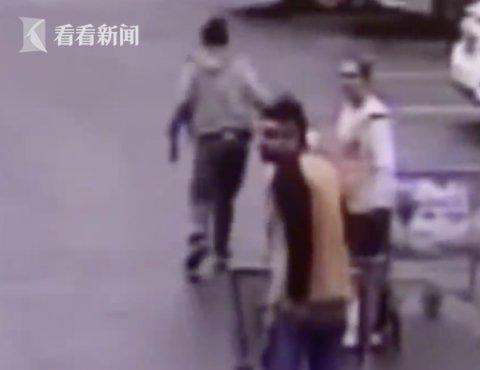 """[警方追捕的女犯]警方超市外追捕嫌犯 """"购物车侠""""送上神助攻"""