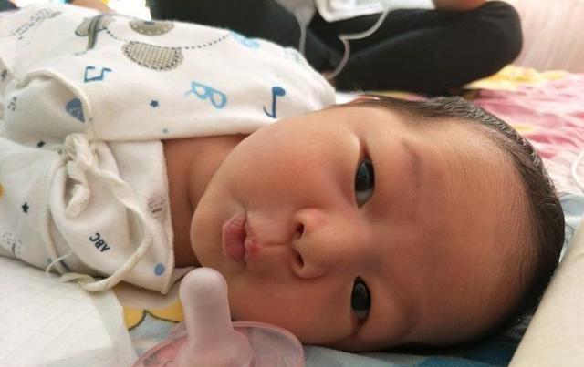 """『总学』2岁儿子总学金鱼""""嘟嘴"""",爸妈觉很可爱,奶奶一掰开直接去医院"""